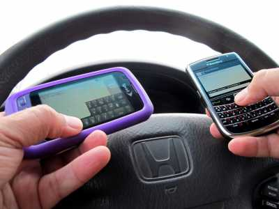 """texting and driving"" by frankieleon is licensed under CC BY 2.0"